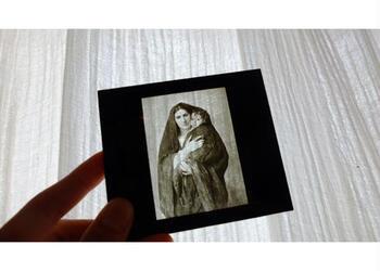 スライド映写機(幻灯機)用のガラスフィルムで、1920年代のフランスの絵画が描かれています。  静かな音楽をかけながら、光をあてて壁に映し出してみると、不思議な世界に引き込まれてしまいそう。