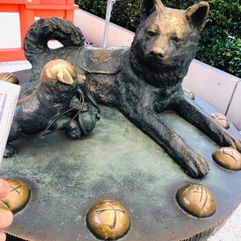 境内にある「子宝いぬ」をなでると、子宝のご利益があるといわれています。犬の周りにある干支の文字も、夫婦それぞれの干支をなでましょう。