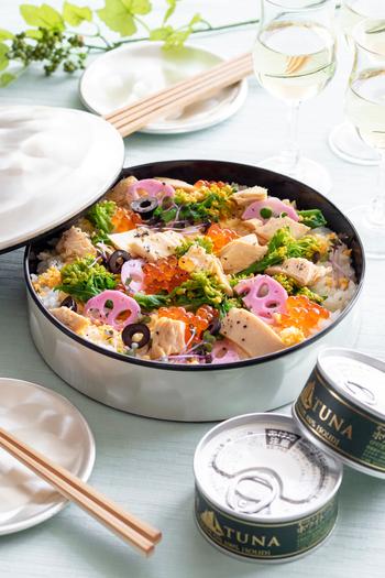 オリーブオイルのツナ缶でワインに合う洋風寿司に。菜の花や桜漬けで春を取り入れて、イクラでパッと華やかに。