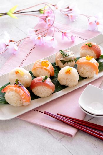 お寿司だけど、酢飯を丸く握ってネタと一緒にラップできゅっと丸めるから簡単で誰でもできちゃう手まり寿司。色んなネタでカラフルに作ればテーブルが華やぎます。なんだかカナッペ風で楽しいですね。