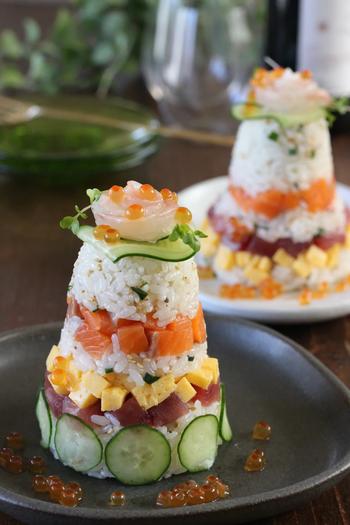 コップにご飯と具材をミルフィーユ状に重ねて詰め、ひっくり返せばタワーちらしの完成♪華やかで写真映えするお寿司になります。