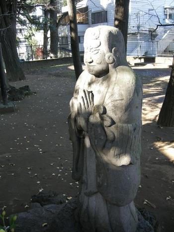 こちらが鬼子母神様の石像です。鬼子母神は多くの子を産みましたが、近所の子を食べるなど残虐な性格を持っていました。お釈迦様の力で改心し、安産・子安の神様となることを誓ったそうです。