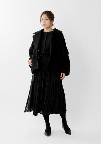 オールブラックのきれいめコーディネート。レース素材のフレアスカートにコンパクトなカーディガンを合わせて軽やかに。ショート丈のウールコートも重くなりすぎず良いバランス感です。