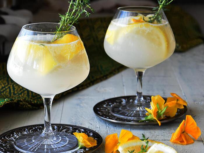 レモン&カルピスの爽やかな甘さとハーブのマリアージュ。冷凍レモンを入れれば氷要らず。飲み始めから終わりまで、薄まることなく冷たいレモンサワーを楽しめます。ビジュアル美しいレモンサワーはおもてなしにも喜ばれますよ。