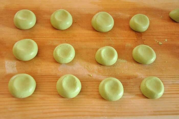 抹茶の緑が美しく、目でも楽しめるおだんごです。水の量に気を付ければ、綺麗な仕上がりになります。シンプルに黒蜜をかけて食べても、ぜんざいやパフェに入れても美味しいですよ。