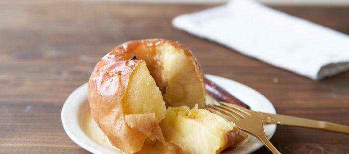丸ごとの果実に気分も盛り上がる、焼きりんごのデザート。ご紹介するレシピでは、オーブンで30分じっくり焼くことで、りんご本来の甘みが凝縮された本格的な味に。下準備もヘタをくり抜いてバターとハチミツを詰めるだけなので、フルコースで作っても負担になりませんね。焼く時にシナモンスティックをホイルで包み、ヘタの部分に入れると焦げずに香り良く仕上がります(無ければシナモンパウダーでも大丈夫だそう)。アイスクリームや生クリームを添えてみるのもいいかもしれません。