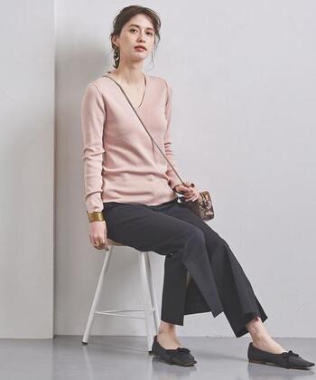 甘めのピンクでも、Vネックと細身シルエットのニットなら大人っぽく着こなせます。適度に黒のボトムやペタンコシューズで引き締め役になるアクセントをプラスして。