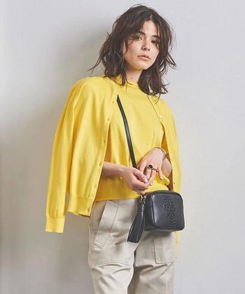 これから春に向けて活躍してくれそうな、元気いっぱいのイエローカーディガン。着ているだけで気分が上がり、その場の雰囲気までパッと明るくなるよう。  黄色は幸せを運んでくれる色というイメージがあるので、ぜひコーデにも取り入れてみてください♪ベージュ系パンツや黒バッグとの相性もいいので、手持ちの小物と合わせやすいと思います。