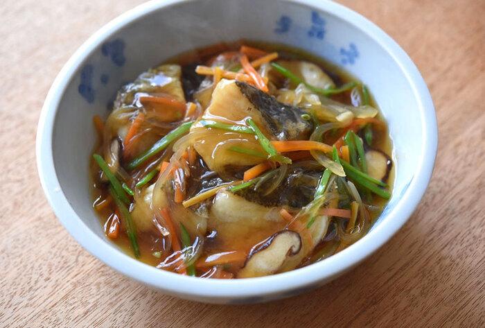 カラッと揚げたタラに、生姜を効かせたあんをたっぷりかけた「タラの野菜あんかけ」。しいたけや人参、玉ねぎに絹さやなど、お野菜がたっぷり入った栄養満点の一品です。絹さやは彩りを良くするために、片栗粉でとろみをつける直前に入れるのがポイント。あんかけはレシピの野菜以外にも、えのき茸やしめじ、グリーンピースやレンコンを使っても美味しく作れますよ。