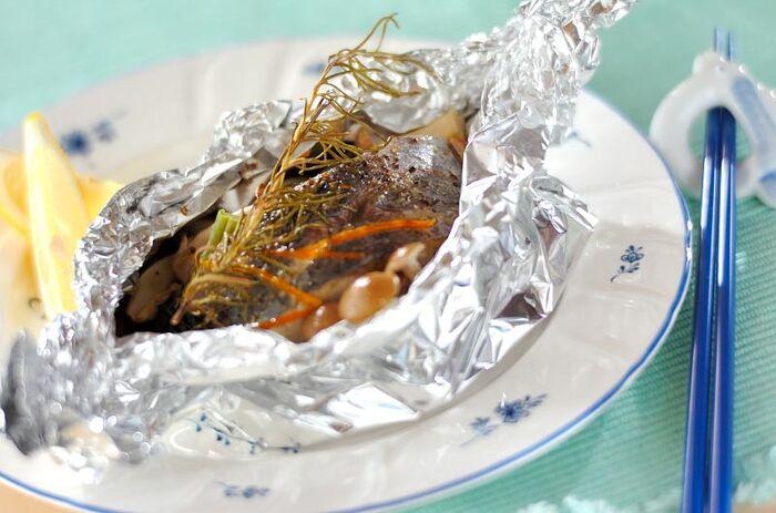 """白身魚の定番""""ホイル焼き""""もハーブで美味しくアレンジすれば、おしゃれなフランス料理に。こちらは白身魚と野菜にローズマリーをのせてアルミホイルに包み、オーブンで焼き上げた「白身魚のパピヨット」です。パピヨットとは""""包み焼き""""という意味のフランスの家庭料理。シンプルな調理方法で簡単に作れるので、初心者さんにもぜひおすすめですよ。"""