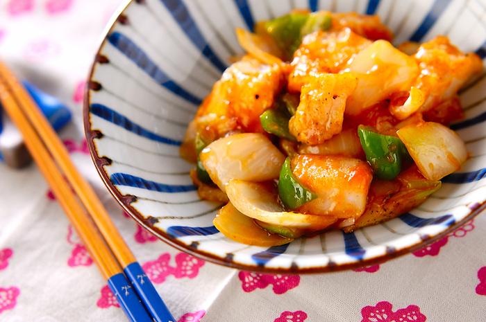 揚げ焼きにした白身魚に、中華風の野菜あんをかけた「白身魚の甘酢あん」。白いご飯と相性抜群の絶品おかずレシピです。油で揚げずにフライパンひとつで簡単に作れるので、忙しい時にも重宝しますよ。