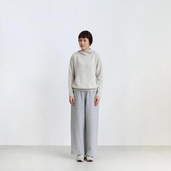 白に近い淡いトーンのグレーでまとめたスタイル。柔らかくて優しい雰囲気がとても魅力的です。