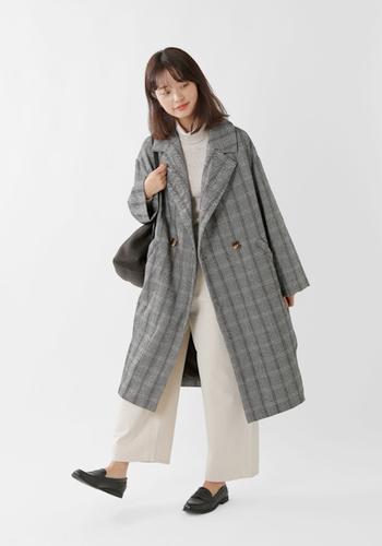 白のトップ&パンツをクールに引き締めるのはグレーのチェックコート。清潔感があって落ち着いて見えるので、オフィススタイルにも最適です。