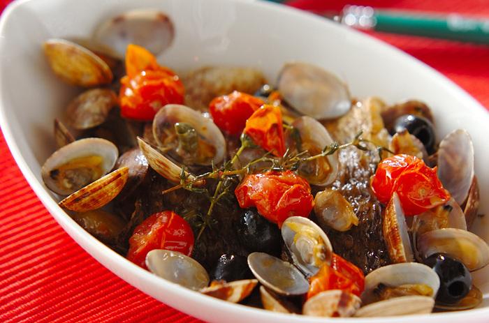 鯛やアサリなどの魚介にトマトとハーブを加えて、フライパンで蒸し煮にした「鯛のアクアパッツァ」。タイムとニンニクの香りが食欲をそそります。鯛のほかにも、サワラやスズキ、タラなどの白身魚でも美味しく調理できますよ。