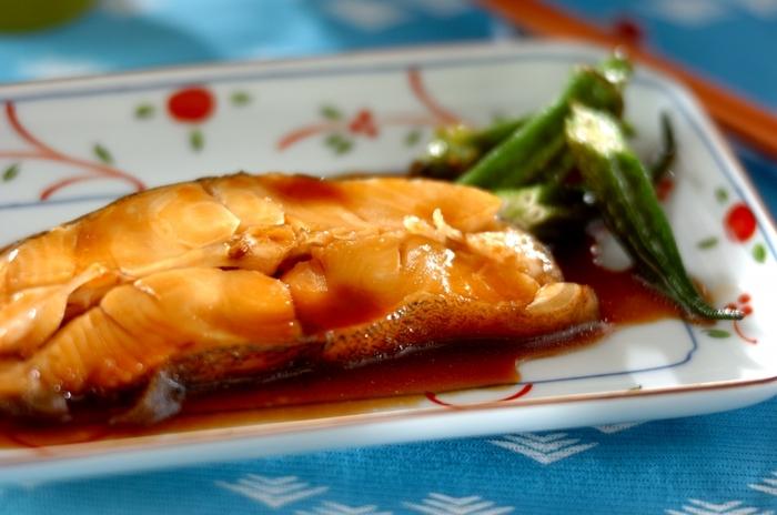 和食の定番「カレイの煮つけ」は、甘辛の味付けがご飯のおかずにぴったりです。生姜を加えることで魚独特の臭みがなくなり、さっぱりとした味に仕上がりますよ。食べる前日に作っておくとタレの味が魚によく馴染んで、さらに美味しくいただけるそうです。