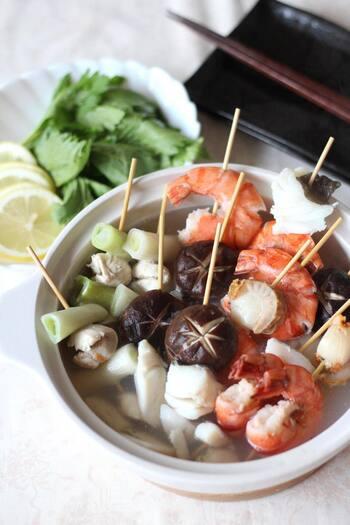 寒い時期は、あたたかい鍋料理が食べたくなりますよね。そんな冬の食卓におすすめなのが、タラ・エビ・ホタテなど、海の幸がたっぷりつまった絶品「海鮮串なべ」です。魚介・野菜・鶏肉を串に刺して、鍋で煮るだけの簡単鍋料理。タラは塩振り・霜降りの下処理をすることで、魚独特の臭みがとれて美味しく仕上がるそうですよ。