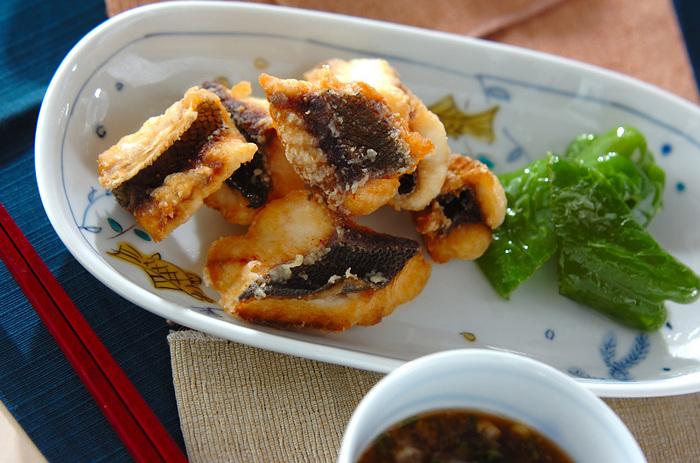 あっさりした白身魚は揚げ物料理にもぴったりの食材です。こちらは初夏の魚として人気の「イサキ」を使ったから揚げです。皮までパリッと香ばしく揚げたイサキのから揚げは、ネギ大根を入れた天つゆで食べるのがおすすめ。イサキ以外の白身魚で作っても美味しいですよ。