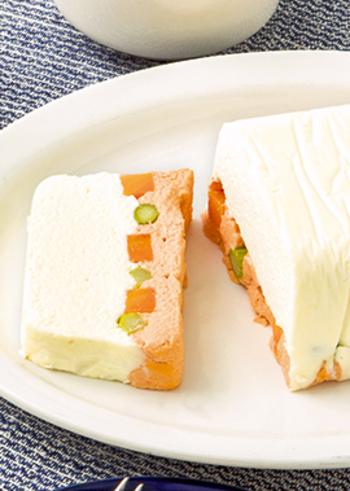 こちらは白身魚そのものではなく、白身魚が主原料の「はんぺん」をテリーヌにアレンジしたおしゃれな一品です。材料をフードプロセッサーで撹拌して型に流し入れ、オーブンで湯煎焼きにして冷蔵庫で冷ましたら完成。難しそうなテリーヌもコツをつかめば、自宅でも簡単に手作りできますよ。