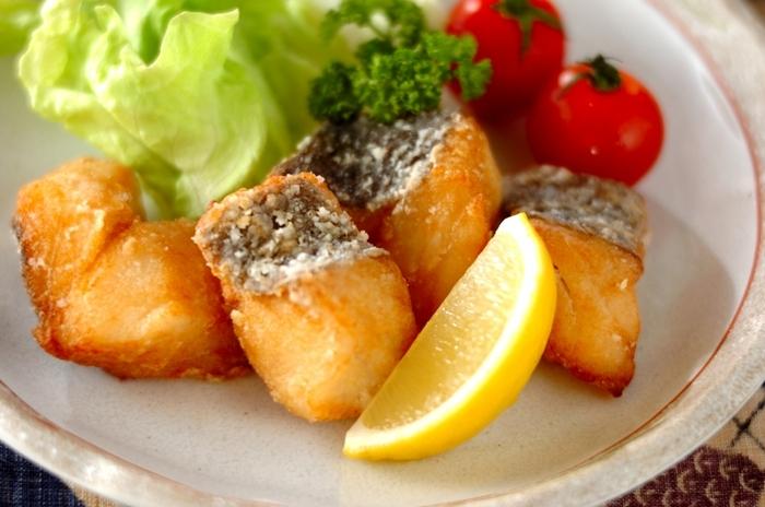 生姜とニンニクで下味を付けたタラを、油でカリッと香ばしく揚げた美味しい「竜田揚げ」です。一口サイズで食べやすいので、お弁当のおかずにも◎。シンプルな材料で簡単に作れるので、あと一品欲しい!という時にもおすすめですよ。