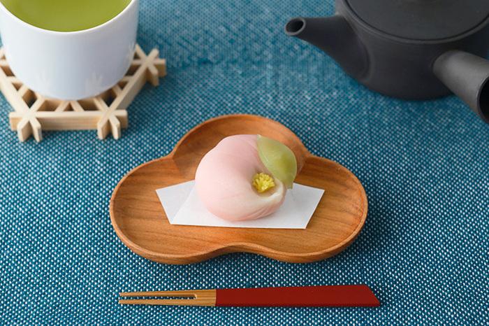 桜の木の木目が美しい小皿です。大きさは大小2種類、形は3種類から選べます。写真は「松」の小サイズ。和菓子がよく映え、高級感をアップさせてくれますね。
