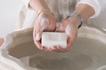 石鹸=汚れを落とすもの。 だから石鹸は、「洗う」ときに使うもの、というイメージが一般的ですよね。