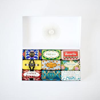 ボックスを開けると、パッと目を引くアールデコ調のパッケージに思わず心躍る抜群のルックス! ポルトガルの老舗メーカー「クラウスポルト」のソープたちです。