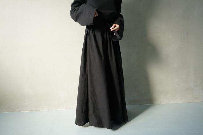 「黒は女性を美しく見せる」と言われますが、黒のドレスはいくつになっても魅力を引き立たせてくれるはず。