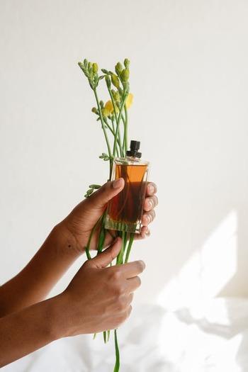 香水で有名なフランスの香りの都「グラース地方」から取り寄せられて加えられるのは、肌の上でほのかに香る香料。  「香りの宝石」と呼ばれるだけあって漂うアロマに癒されるのはもちろん、3層になった石鹸がまるで香水のように「トップノート」「ハートノート」「ベースノート」と、使うたびに香りを変化させるのが大きな魅力でもあります。  ※香水のように、時間で香りが変化するものではありません。