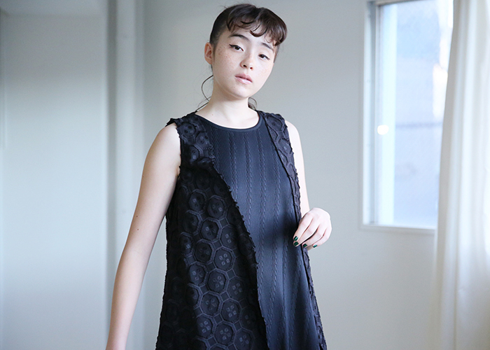 一枚着るだけでエレガントな着こなしが完成されるブラックドレス。小物を取り入れて変化をもたらすのも◎。また、さまざまなオケージョンシーンに着ることができるので、ワードローブにはぜひ取り入れたいところ。今回は存在感のある大人のブラックドレスを集めてみました。