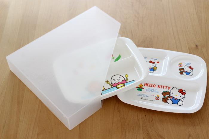 子供用のランチプレートは、形がいびつで収納しにくいですよね。種類が違うものだと重ねるのも難しくて、かさ張りがち。そんな時はファイルボックスを使って、引き出しに立てて収納してみてはいかがでしょうか。