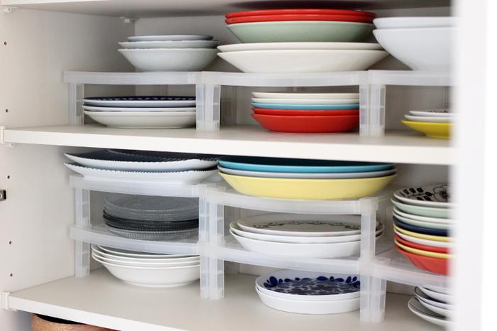 食器棚の棚板の数が足りない時は、100均で手に入る積み重ねラックを使うのがおすすめ。棚の間を細かく仕切れるので、食器の種類ごとに分けられます。