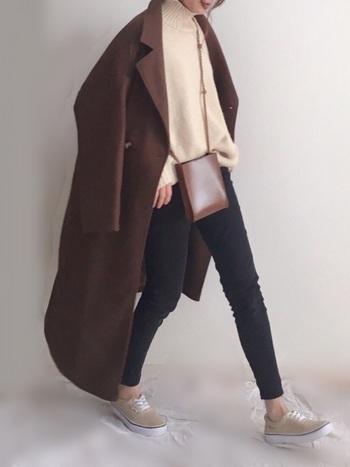濃いめブラウンのロングコートは着るだけで大人な雰囲気をまとえるので、柔らかなベージュのニットにスキニーを履くだけで、大人カジュアルなコーデに仕上がります。
