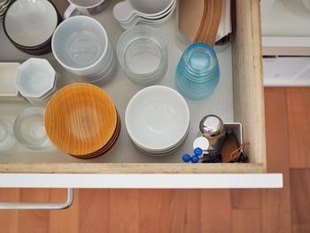 こちらの引き出し内は、いろいろな種類の食器が混在しているように見えますが、実は毎日よく使う食器ばかりを集めた引き出しなんです。出す時もしまう時もこの一段だけで済むならとっても楽チンですね。