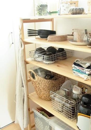 ウッドラックにワイヤーバスケットを使ってお椀をしまっている実例です。ワイヤーバスケットごと取り出せば食事の準備も楽にできますね。通気性がいいので、洗ったあとの多少濡れた食器をしまっても大丈夫。