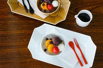 竹製のスプーンとフォークがセットになったこちらの商品。使い心地が良いように、形が計算されています。黒と赤の2色入りなので、合わせるお菓子によってコーディネートを楽しめますね。
