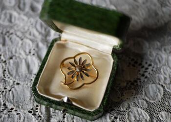 立体的なお花があしらわれたフランスアンティークのブローチです。ワンピースの襟元やシンプルなハットにつけてみるのもおしゃれです。
