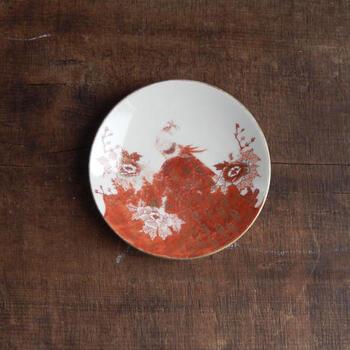 金と赤で彩られた九谷焼きの5寸皿です。取り皿としても使いやすいサイズ感で、コレクションしやすいプレートのひとつです。アンティークらしいスレがいい味を出しています。