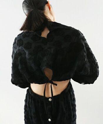 スカート部分はエプロンのようになっているため、背中が見えるようなデザインになっています。そのためシーンによっては薄手のインナーを中に入れて着こなしを楽しんでも◎。
