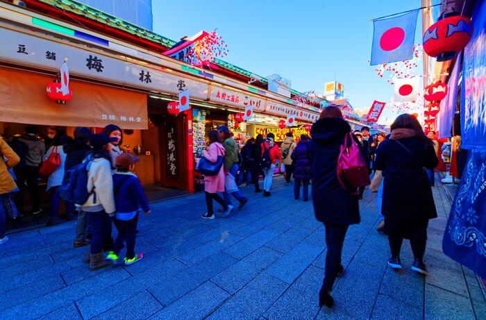 昨今は、外国人観光客にとくに人気のスポットというイメージですが、もちろん日本人にも大人気!  京都とはまた一味違う、生命力に満ち溢れた豊かな日本の伝統がいっぱい詰まった街、浅草。 そんな浅草の魅力を肌で感じるために、下町ならではの風情も同時に体験したいですね。
