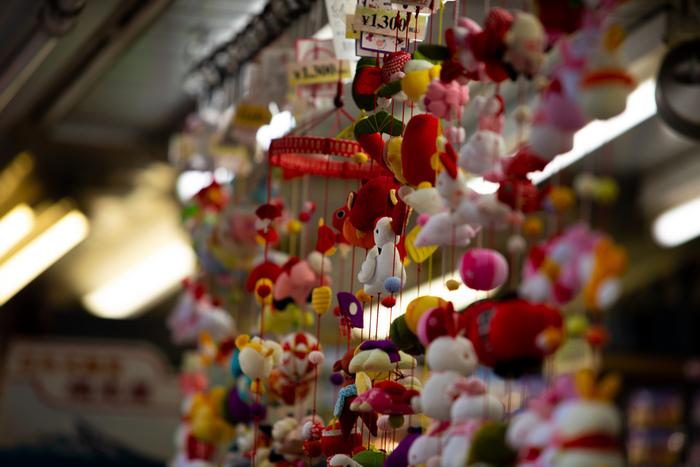 外国人向けのお土産だけでなく、お箸や扇子・ぞうり・飾り物や置物など日本の伝統的な工芸品もずらり。  それぞれの商品を専門で扱っているお店も多いので、どれも本格的です。 普段使っている生活用品を、職人さんの作った伝統的なものでそろえるとそれだけで心が豊かになると思いませんか?  お気に入りの一品との出会いを求めてお店巡りしてみるのもいいかも!