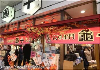 浅草と言えば「亀十(かめじゅう)」のどら焼き! その大きさにまずはびっくりしちゃうかも。 休日は行列必死ですので、売り切れに要注意!  もちろん、お土産用どら焼きの販売もありますよ♪
