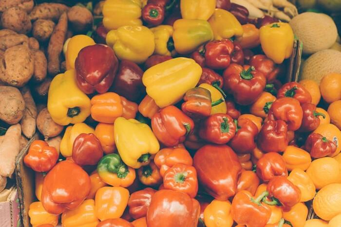 ビタミンAが豊富だと言われているのは、ほうれん草。そして、ビタミンCを最も多く含む野菜はパプリカです。パプリカはピーマンの2倍のビタミンCを含み、野菜の中でもダントツ。日頃から少し栄養素を意識しておくことをおすすめします。