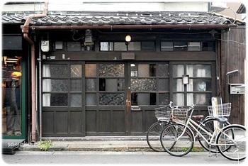 """""""キタ""""と呼ばれる、大阪でもっとも賑やかでオシャレなビルも林立する繁華街。そんな中に、奇跡的に戦禍を逃れた長屋が残っています。それが、中崎町。そんな長屋をリノベーションし、今は、オシャレなカフェや雑貨店が軒を並べる。 『うてな喫茶店』は、そこにあります。"""