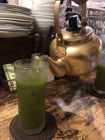 やかんで出てくる日本酒の抹茶割は最高!昭和レトロな雰囲気漂う裏路地店ならではのメニューですね。