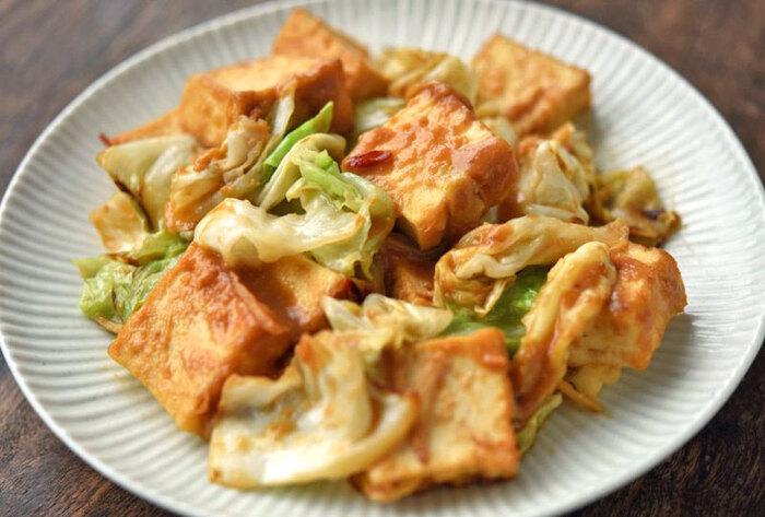 味噌味の炒め物は、白いごはんがどんどん進んでしまう魔法のおかず。ピリッとした唐辛子と生姜の風味がますます食欲をそそります。キャベツは芯の部分まで使ってじっくり時間をかけて火を通しましょう。甘みが引き立ち、さらに美味しく仕上がります。さらに厚揚げを豚ばら肉に変えると、男子も喜ぶ食べ応えに◎。
