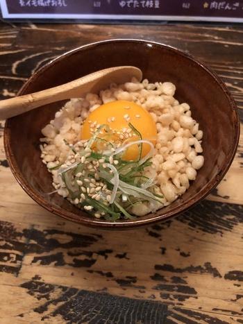 シメにおすすめ、卵かけ御飯もオリジナリティたっぷり。サクサク食感の天かすと新鮮な卵の黄身が相性抜群!ぜひお試しいただきたい一品です♪