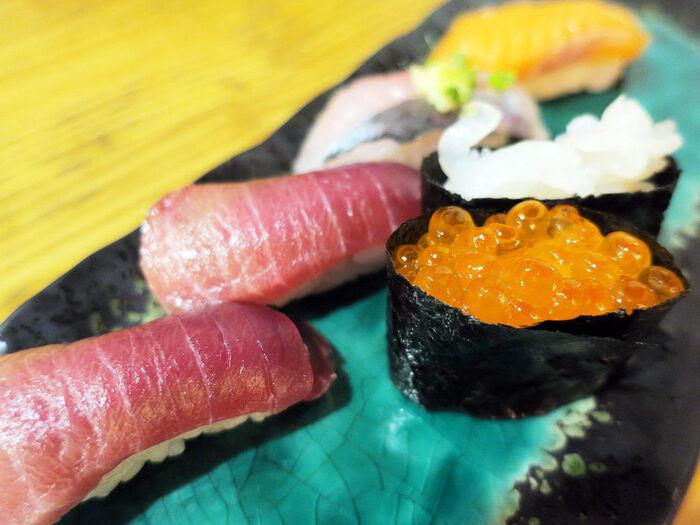 カウンター約10席、なんと個室まで完備されていますよ。毎朝、横浜中央市場から仕入れた新鮮なお魚を使用しており、リーズナブルなのに大満足!日本酒を注文して、しっぽり呑みがおすすめ。何だか永遠に滞在できそうな落ち着いたレトロな雰囲気は、居心地も抜群です。