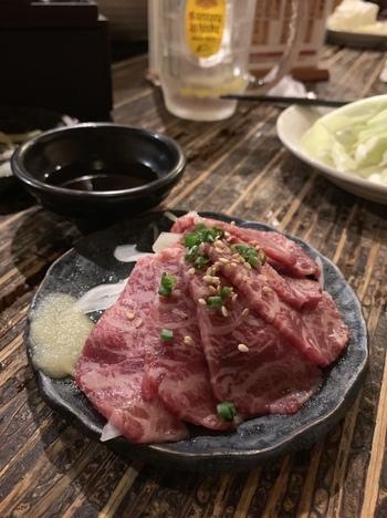 馬刺しやユッケなど新鮮なお肉も楽しむことができるのも嬉しい。野毛エリアの中でもラストオーダーが23時までと、遅めなのでハシゴ酒にもピッタリです。