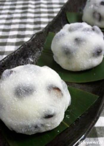 日本茶によく合う豆大福もおうちで作れますよ。こちらは黒豆の甘煮を使ったお手軽タイプ。黒豆が余っているときのリメイクレシピとしても活躍します。  大福のおもちは電子レンジで作れるのもポイント。すぐに食べないときは冷凍しておいて、自然解凍していただきましょう♪