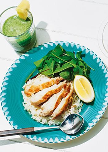 鶏肉を香ばしく焼いて、レモングラスとともに炊き込むご飯。エスニック風味のおしゃれなワンプレートになります。ジャスミン米を使うと、より本格的ですね。